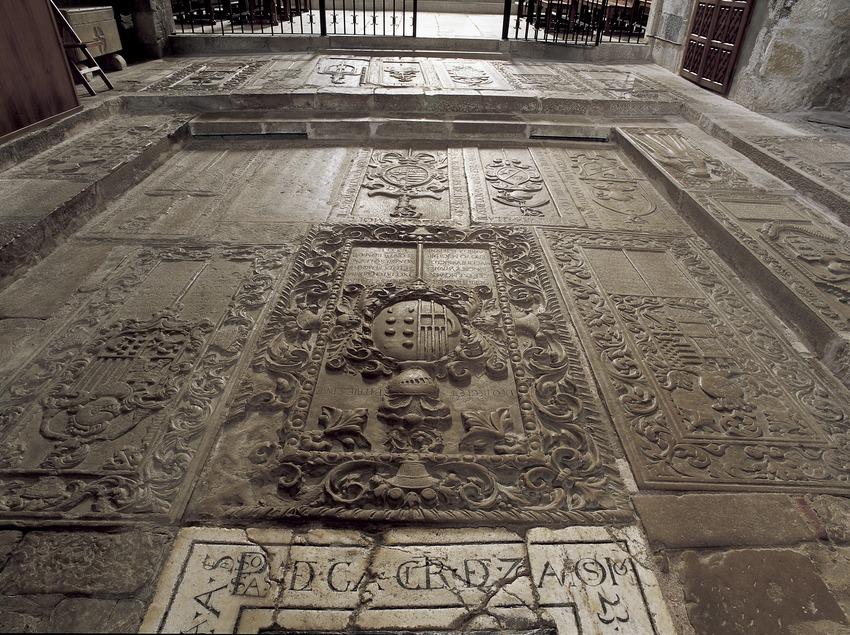 Sòl empedrat de l'església del Reial Monestir de Santa Maria de Vallbona.  (Imagen M.A.S.)