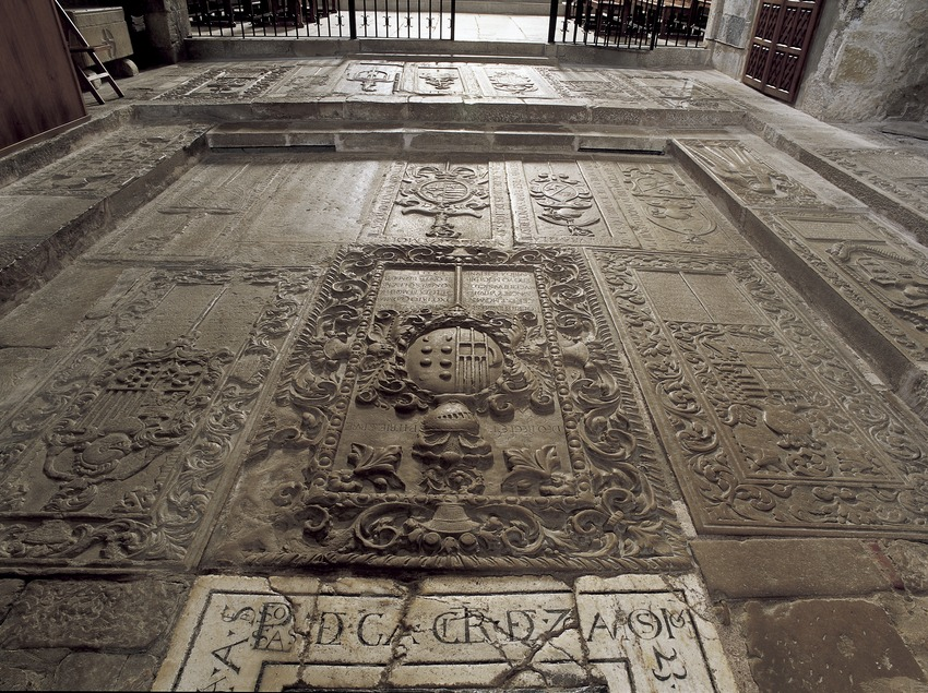 Suelo adoquinado de la iglesia del Real Monasterio de Santa Maria de Vallbona.  (Imagen M.A.S.)