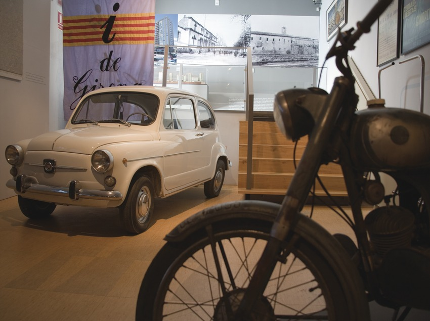 Narcia motorbike and Seiscientos (Seat 600) in a room of the City History Museum  (Servicios Editoriales Georama)