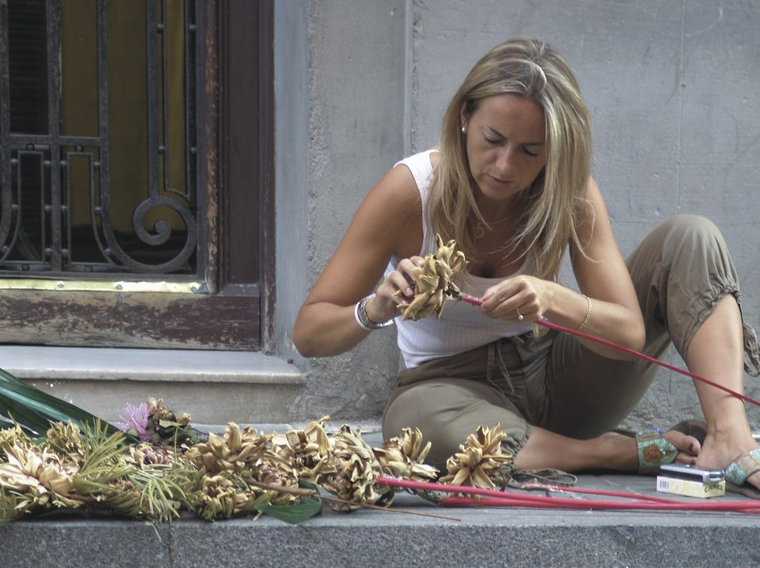 Preparació de l'ornamentació d'un carrer a les Festes de Gràcia  (Servicios Editoriales Georama)