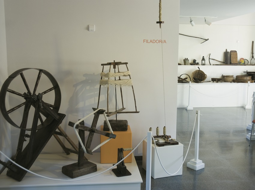 Fileuse au Musée ethnologique  (Servicios Editoriales Georama)