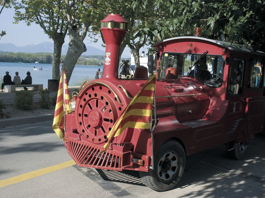 Tourist train on the bank of the Banyoles lake.  (Servicios Editoriales Georama)