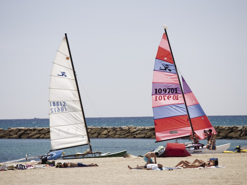 Windsurfer am Strand.