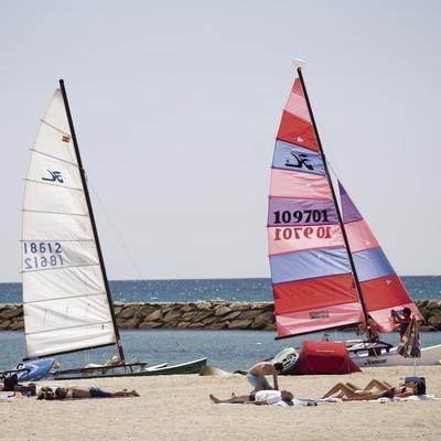 Windsurfistas en la playa.
