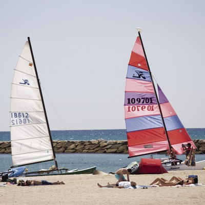 Windsurfistas en la playa.