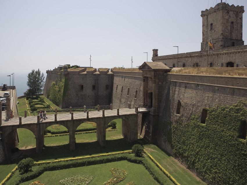 Foso de entrada al Castillo de Montjuïc.  (Nano Cañas)