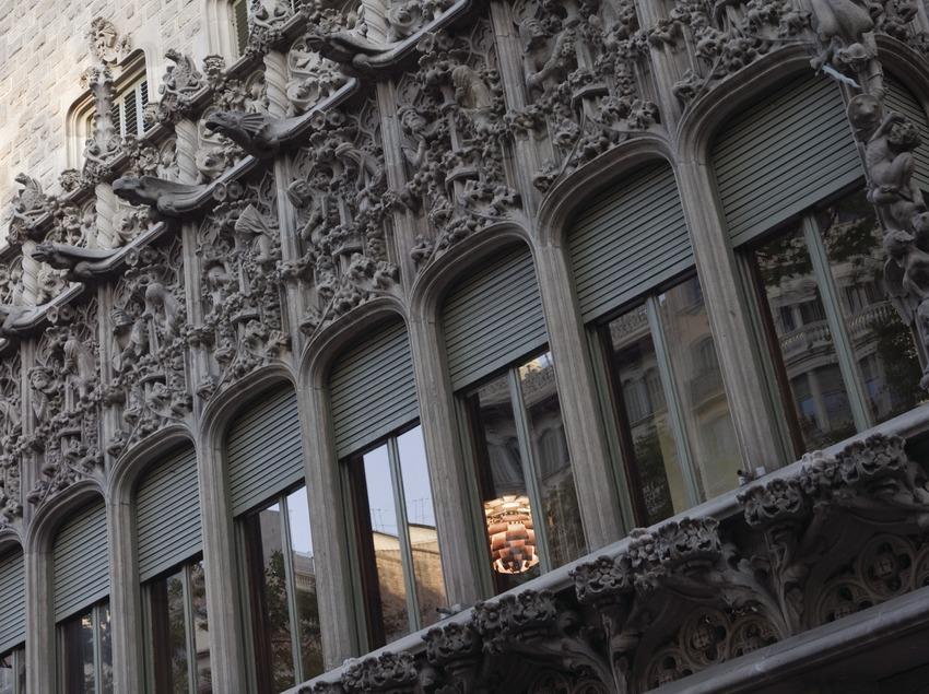 Tribuna de la fachada del palacio del Baró de Quadras, de Puig i Cadafalch.