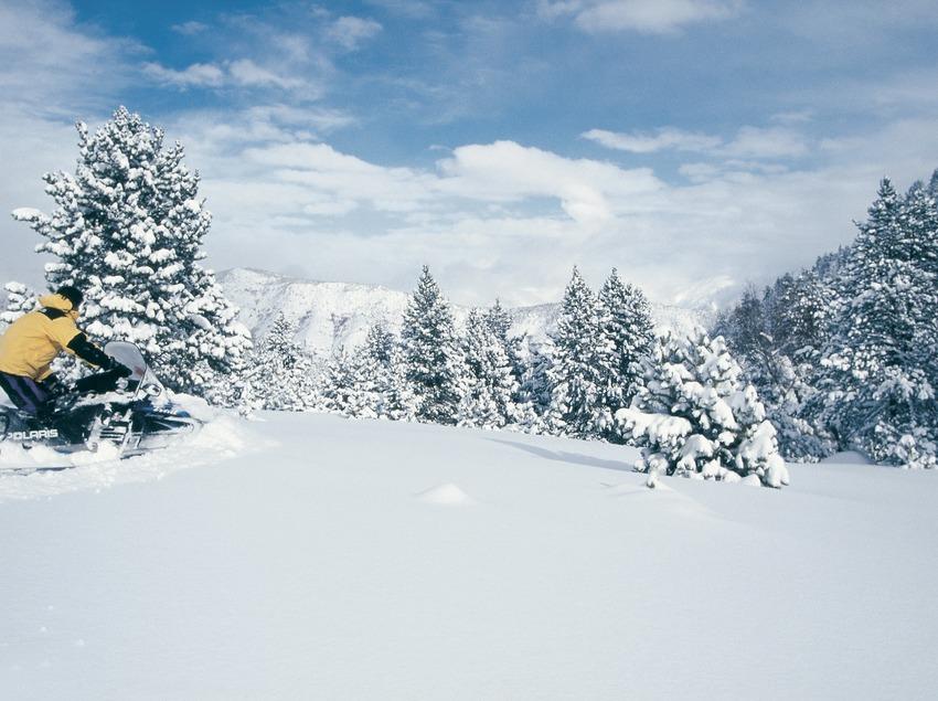 Motos de neu. Espot Esquí.  (Daniel Julián)
