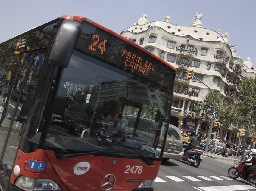 Autobús urbano a su paso por la Casa Milà, La Pedrera, en el Passeig de Gràcia.  (Nano Cañas)