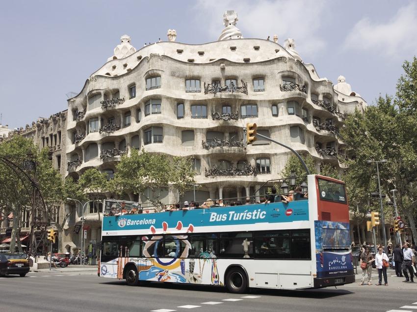 Autobús turístico a su paso por La Pedrera, en el Passeig de Gràcia.  (Nano Cañas)