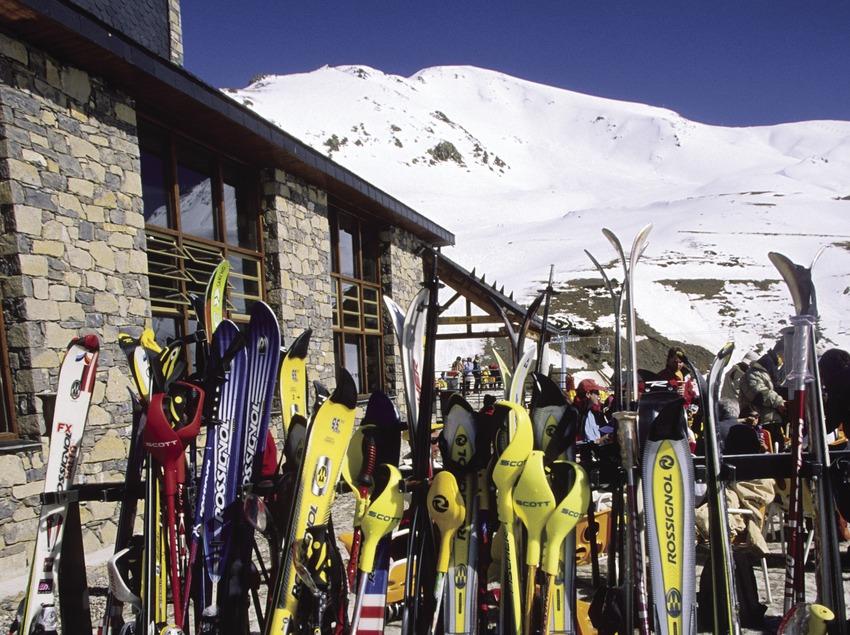 Esquíes en la estación de esquí de Boí-Taüll.