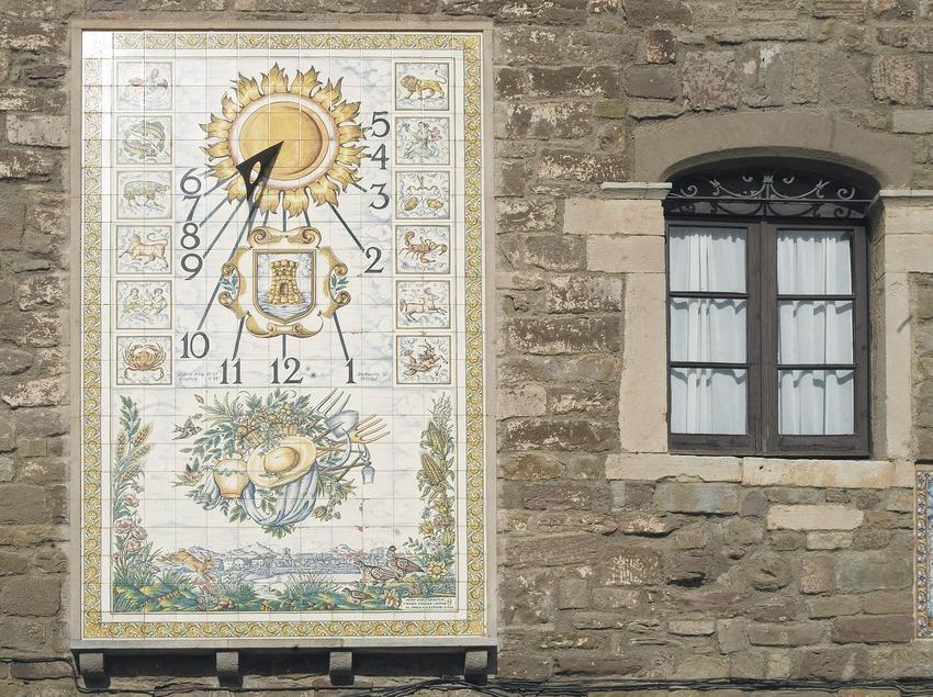 Reloj de sol en la rectoría de la iglesia de Santa Maria de l'Estany  (Servicios Editoriales Georama)