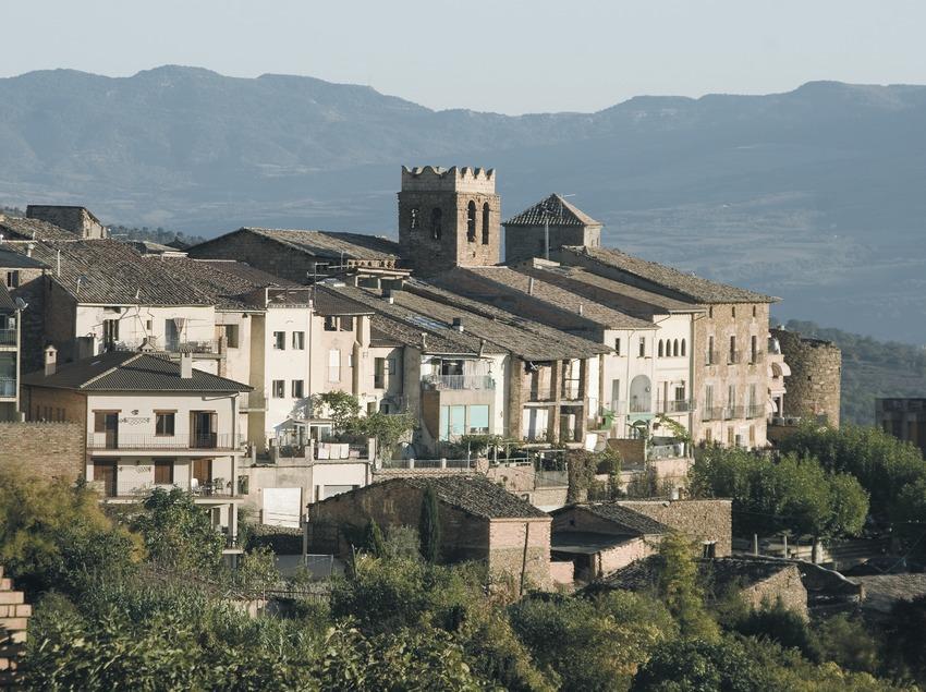 Vue partielle avec des restes de murailles et l'église Sant Martí