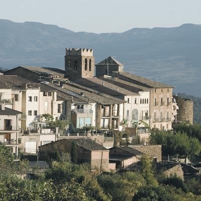Teilansicht mit Überresten der Stadtmauer und der Kirche Sant Martí