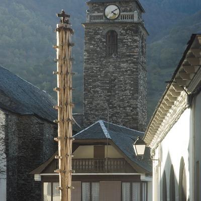 Monument à l'haro et tour de l'église Sant Joan Baptista.