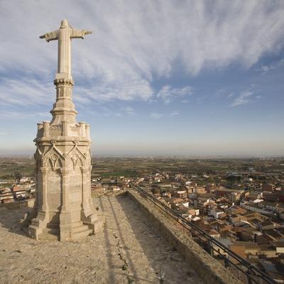 Estatua del Sagrado Corazón y vista de la localidad  (Miguel Raurich)