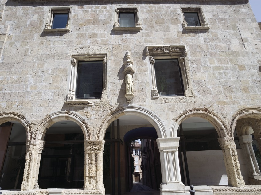 Façade of the old hospital, home to the Regional Council of Tarragona.  (Nano Cañas)
