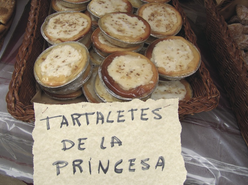 Cakes and pastries stall at the Medieval week fair  (Servicios Editoriales Georama)