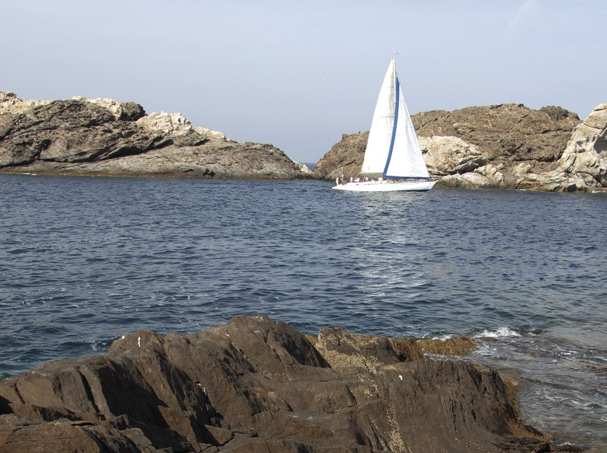 Embarcación de vela en el Parque Natural del Cap de Creus.  (José Luis Rodríguez)