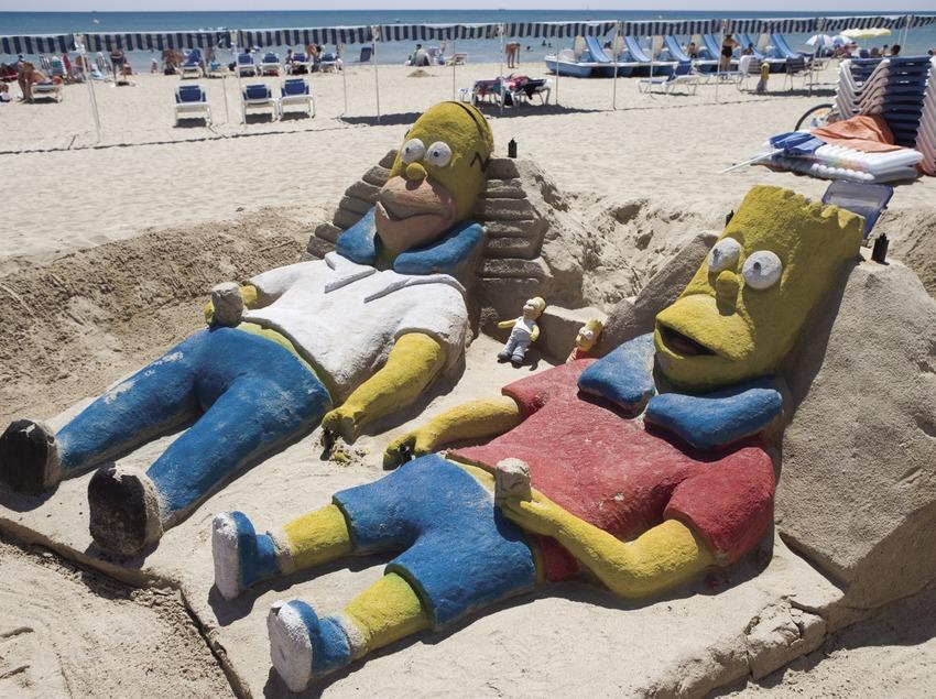 Esculturas de arena en la playa.  (Nano Cañas)