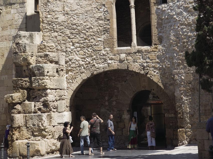 Porta del Fòrum Provincial a la plaça del Pallol.