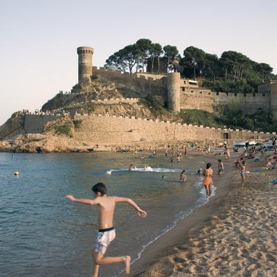 Une plage et au fond, la Vila Vella