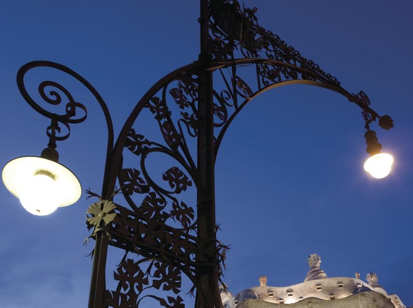 Réverbère moderniste sur le Passeig de Gràcia, maison Milà, La Pedrera, au fond.