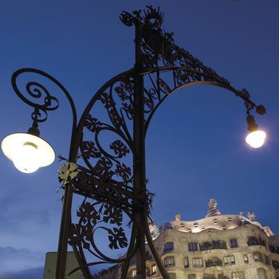 Farola modernista en el Paseo de Gràcia, con la Casa Milà, La Pedrera, al fondo.