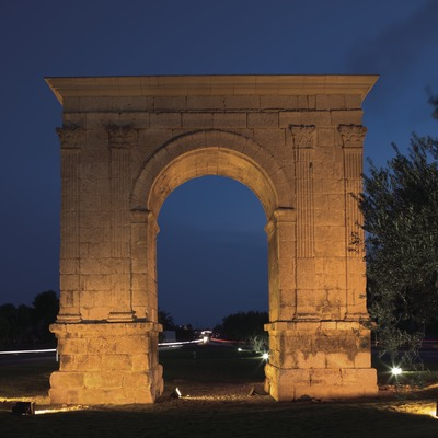 Night-time view of l'Arc de Berà.  (Nano Cañas)