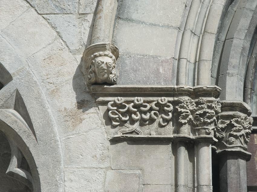 Detall de la portalada de l'església de Sant Feliu  (Servicios Editoriales Georama)