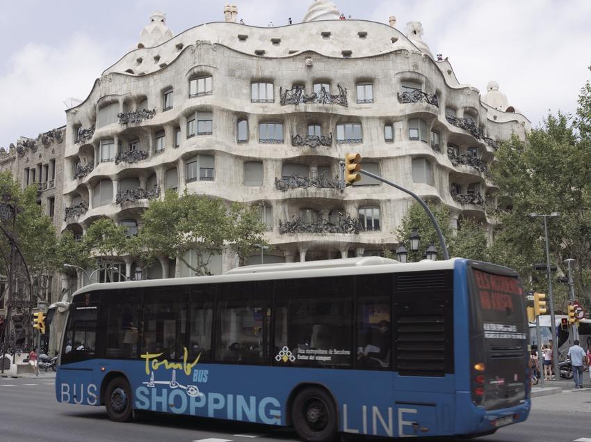 Tomb Bus delante de la Casa Milà, La Pedrera en el paseo de Gràcia (Nano Cañas)