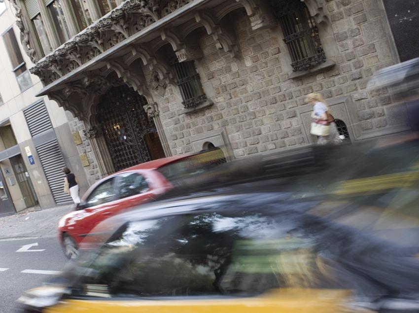 Taxi davant del Palau Baró de Quadras, de Puig i Cadafalch.  (Nano Cañas)
