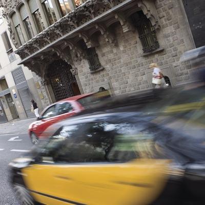 Taxi delante del Palau Baró de Quadras, de Puig i Cadafalch.  (Nano Cañas)