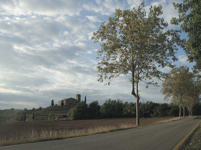 Carretera d'accés amb l'església al fons