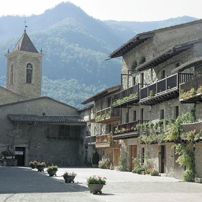 Balconades tradicionals al carrer Teixeda i església  (Servicios Editoriales Georama)