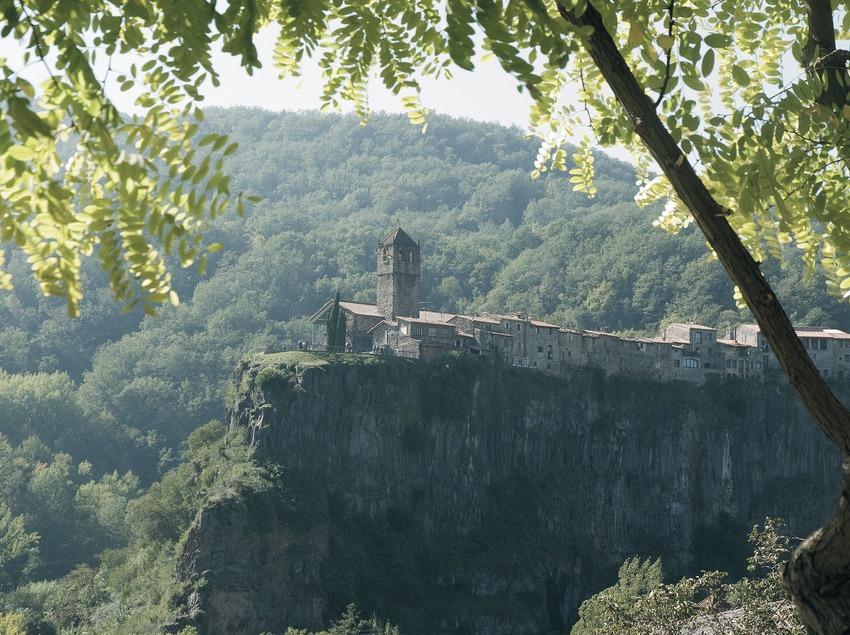 Vue partielle du village et des falaises basaltiques
