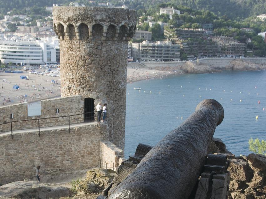 Canon and watchtower of Tossa's Vila Vella  (Servicios Editoriales Georama)