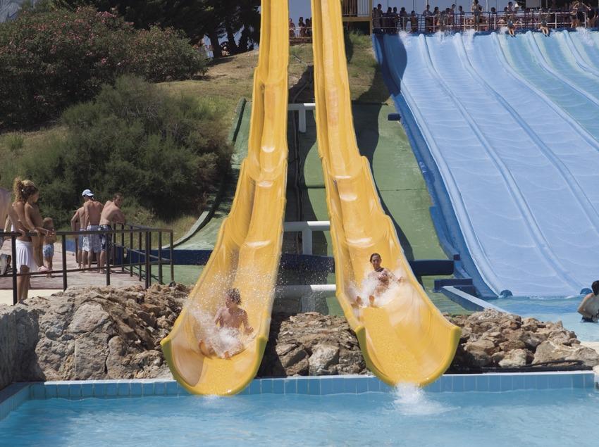 Tobogans i piscina al parc aquàtic Aquopolis.  (Nano Cañas)
