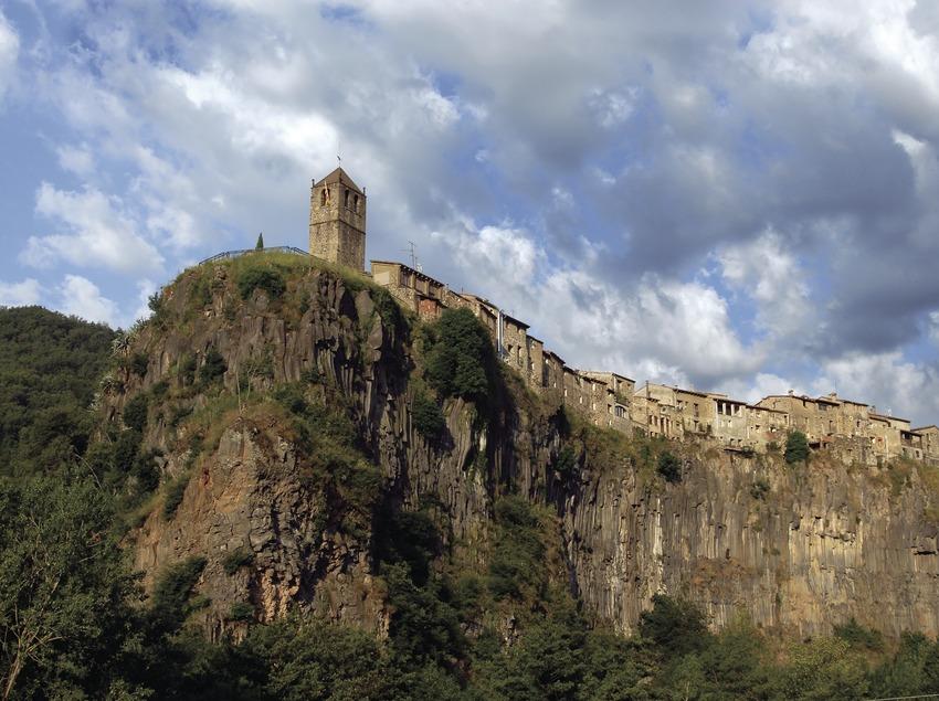 Vista de la localitat sobre la cinglera de basalt.  (José Luis Rodríguez)