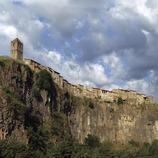 Vista de la localitat sobre la cinglera de basalt.
