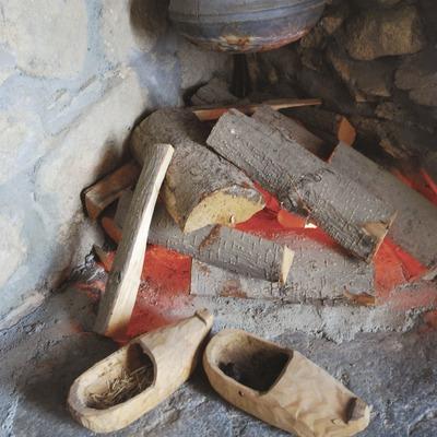 Zuecos y recreación de una chimenea. Museo del Zueco  (Servicios Editoriales Georama)