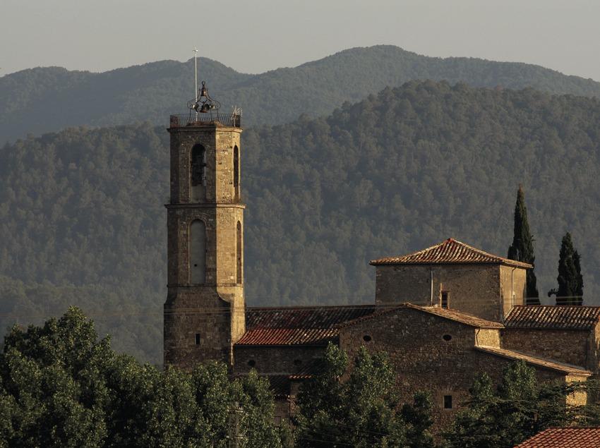 Vista de la localitat amb l'església de Santa Maria