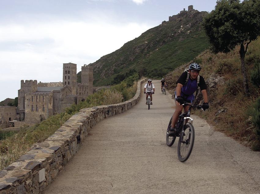 Radfahrer in der Nähe des Klosters Sant Pere de Rodes im Nationalpark Cap de Creus