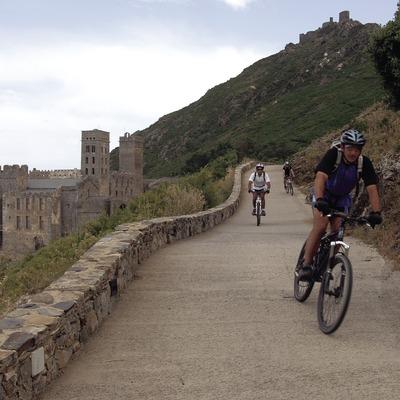 Radfahrer in der Nähe des Klosters Sant Pere de Rodes im Nationalpark Cap de Creus  (José Luis Rodríguez)