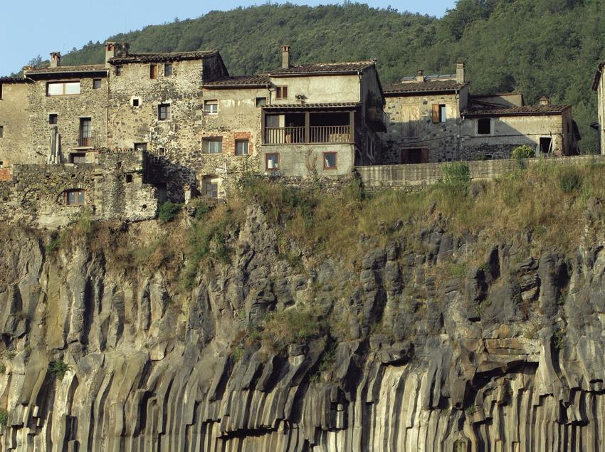 Maisons sur le rocher basaltique.