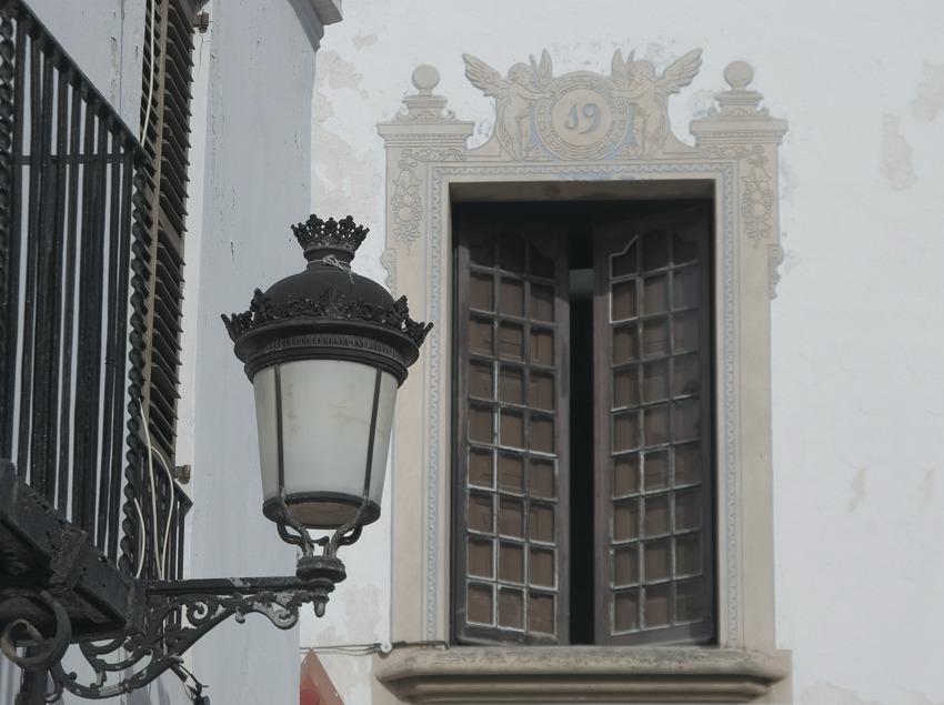 Farola y ventana del centro histórico  (Servicios Editoriales Georama)
