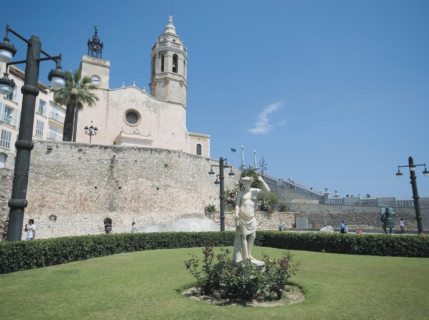 Monument to Bacchus and church of Sant Bartomeu i Santa Tecla  (Servicios Editoriales Georama)