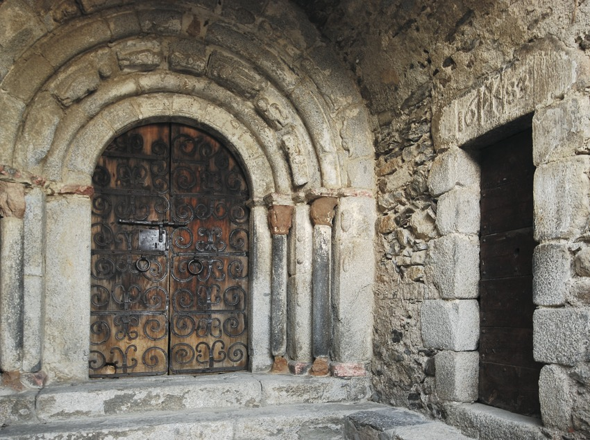 Doorway of the church of Sant Sadurní.  (Servicios Editoriales Georama)