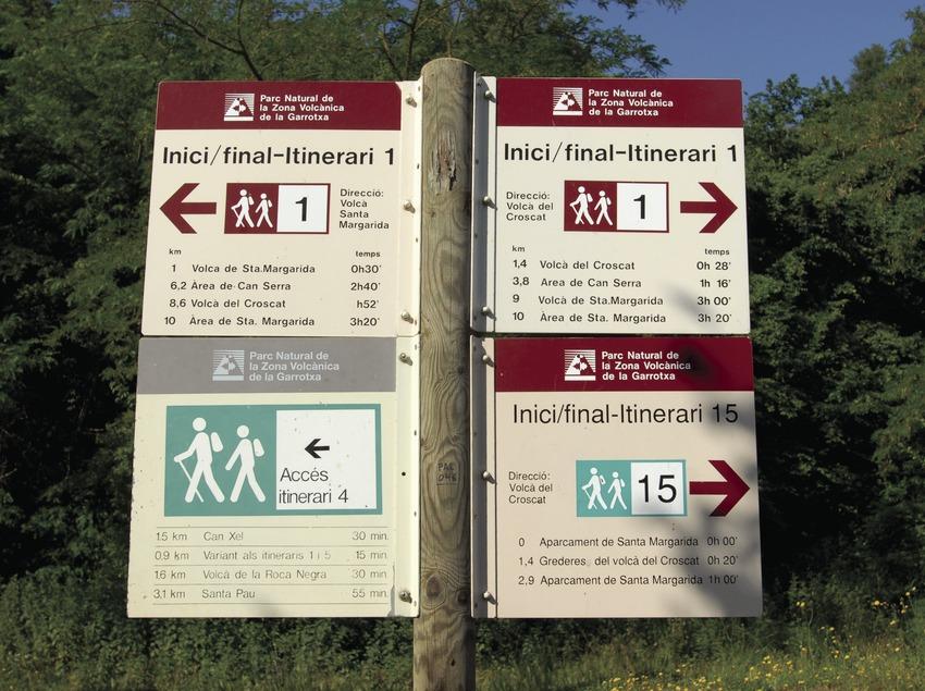 Signpost with routes in La Garrotxa Volcanic Area Natural Park.  (José Luis Rodríguez)