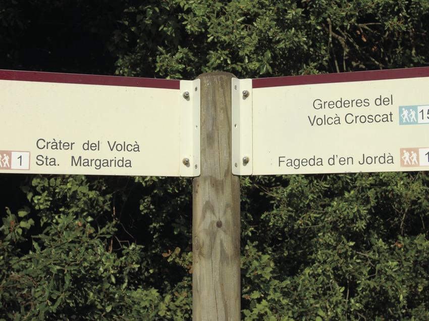Indicador de itinerarios del Parque Natural de la Zona Volcánica de la Garrotxa.  (José Luis Rodríguez)